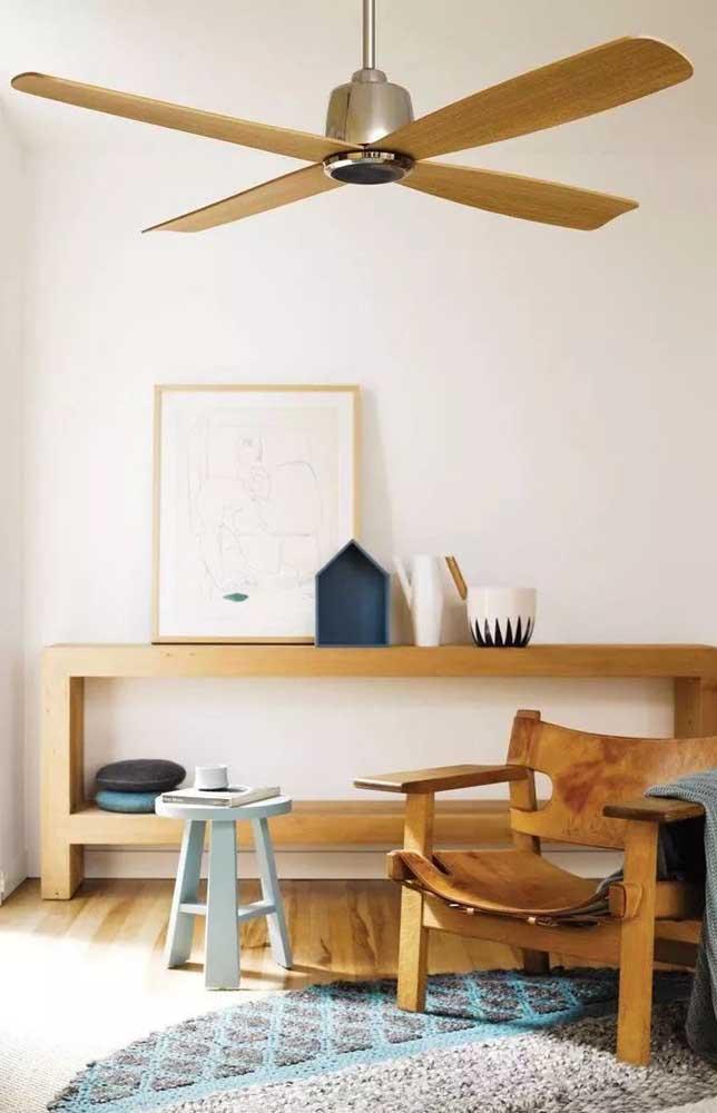 A madeira predomina nesse ambiente, inclusive, no ventilador de teto