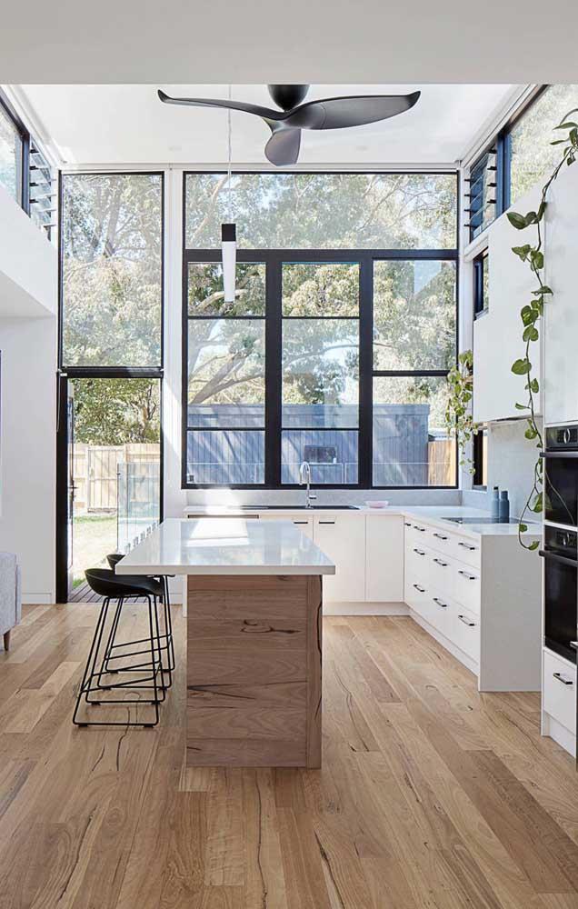 Ventilador de teto preto em total harmonia com as esquadrias da mesma cor