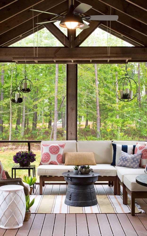 Ventilador de teto em estilo rústico fazendo a combinação ideal com a arquitetura da casa