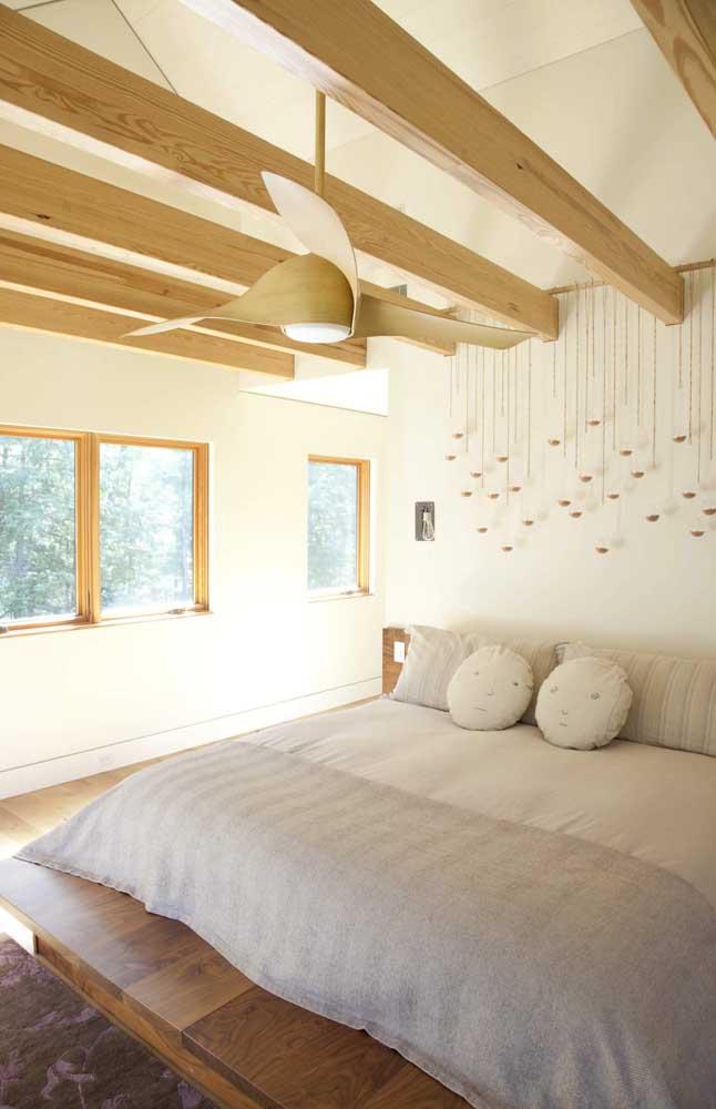O ventilador de teto ficou lindo entre as vigas de madeira