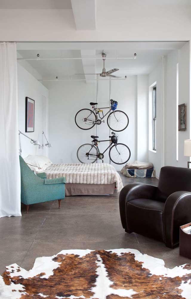 Essa casa de decoração industrial apostou em um modelo de ventilador de teto metálico super simples