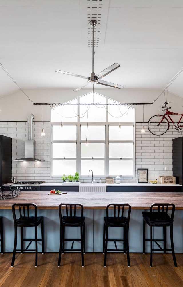 Ventilador de teto em inox para a cozinha; o material é fácil de limpar, perfeito para esse tipo de ambiente
