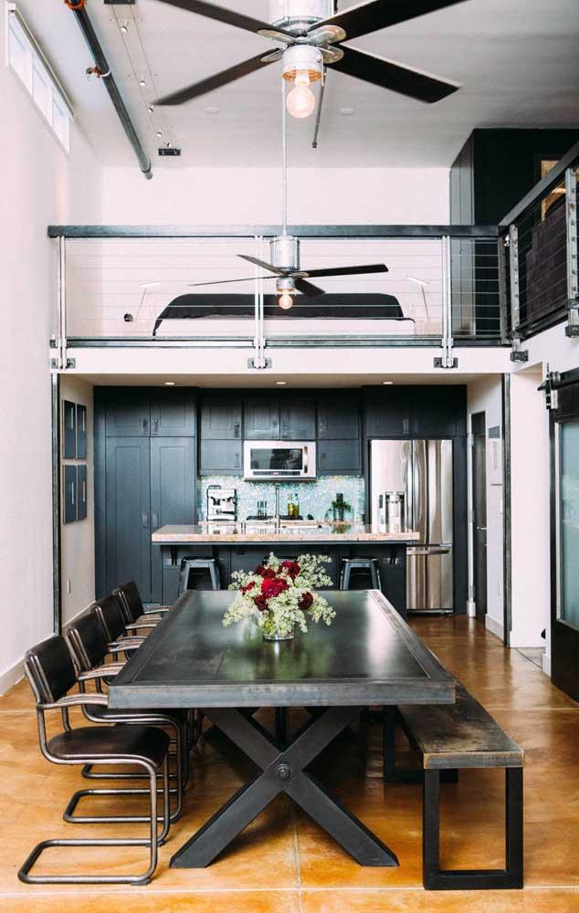 Casa duplex com ventilador de teto; repare que a circulação de ar atinge também o quarto no mezanino