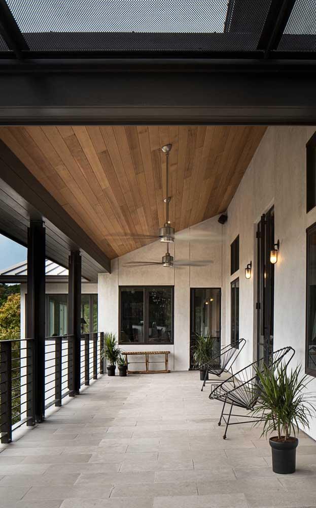 Ventiladores de teto para manter o corredor externo da casa fresquinho