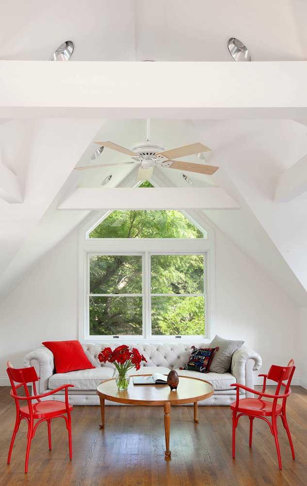 A sala moderna e sofisticada ficou ainda mais bonita com o ventilador de teto branco