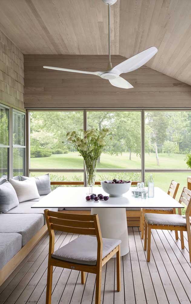 A varanda elegante apostou em um modelo simples de ventilador de teto branco
