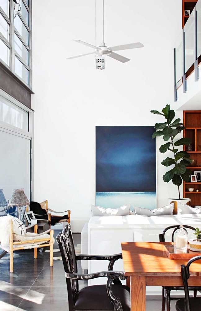 Para casas com pé direito alto é importante calcular a altura mais adequada para o ventilador de teto