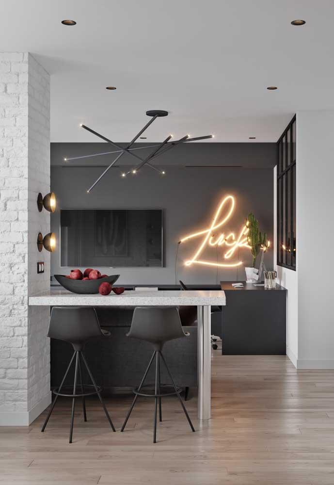 A luz neon combina com as mais variadas cores de tintas, mas fica perfeita em uma parede totalmente cinza chumbo.