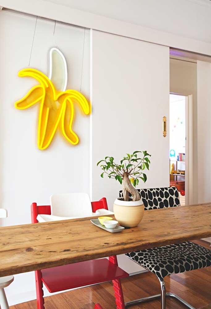 Para deixar a cozinha com um clima mais divertido e agradável, aposte em uma decoração com neon em formato de fruta.