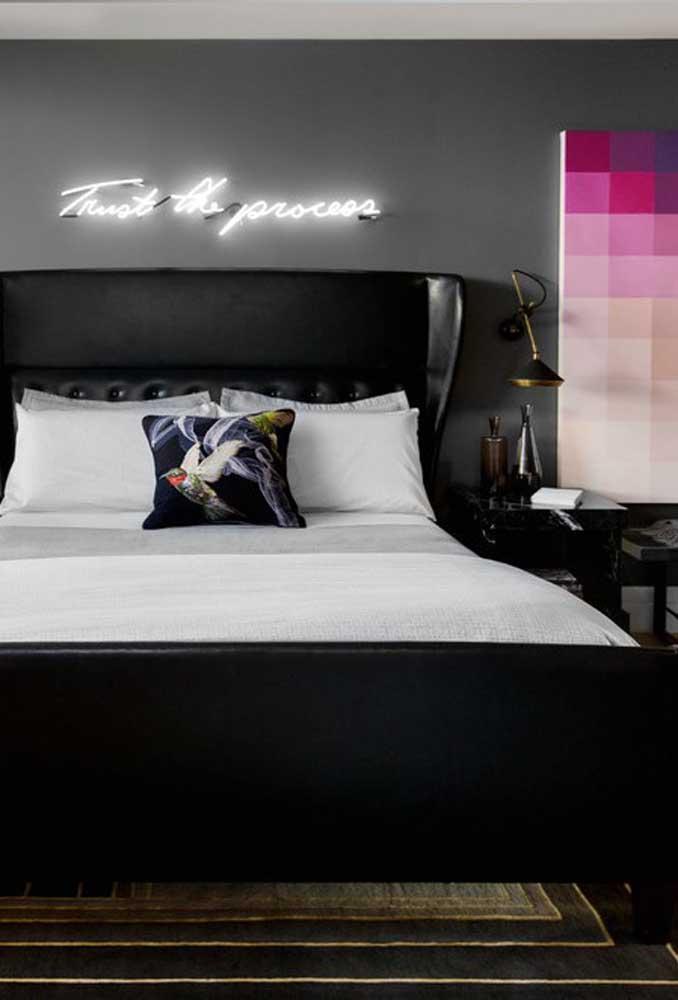 O letreiro de neon é uma das principais apostas para decorar o quarto do casal. Uma opção é usar frases românticas ou humoradas.