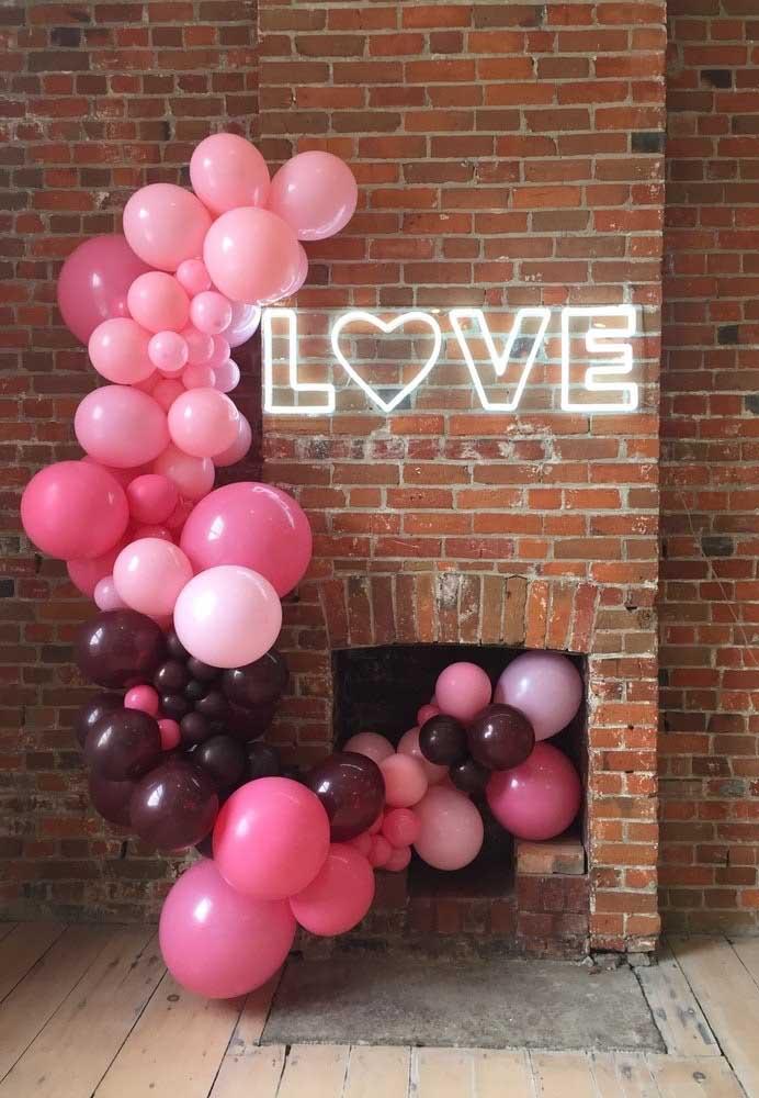 Quer fazer uma surpresa romântica? Use um arco de balões desconstruídos e um letreiro de neon.