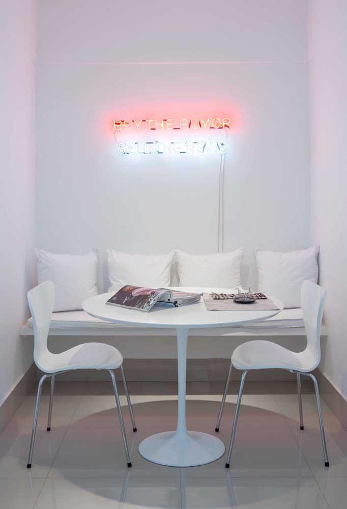 Para deixar o clima mais quente ou diferenciar uma decoração totalmente white, invista em um letreiro com neon colorido.