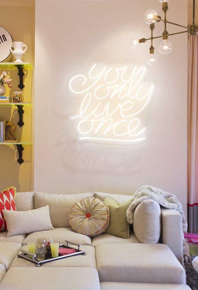 O letreiro com neon no tom mais claro combina com qualquer cor de parede, mesmo ela sendo mais clara.