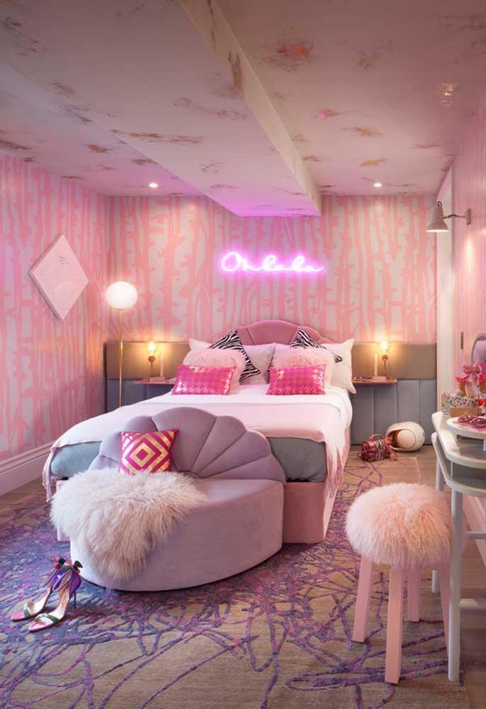 Se você deseja fazer uma decoração mais feminina, use papel de parede nos tons rosados e complemente com um letreiro de neon.