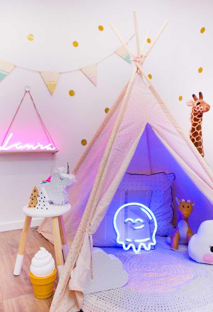 O que acha de deixar o quarto das crianças mais iluminado? Faça uma decoração com vários objetos de neon.