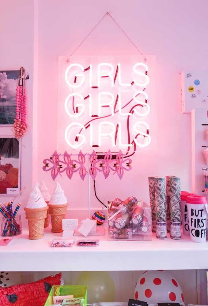 A decoração com neon é bastante usada em festas de aniversários, principalmente, dos adolescentes.