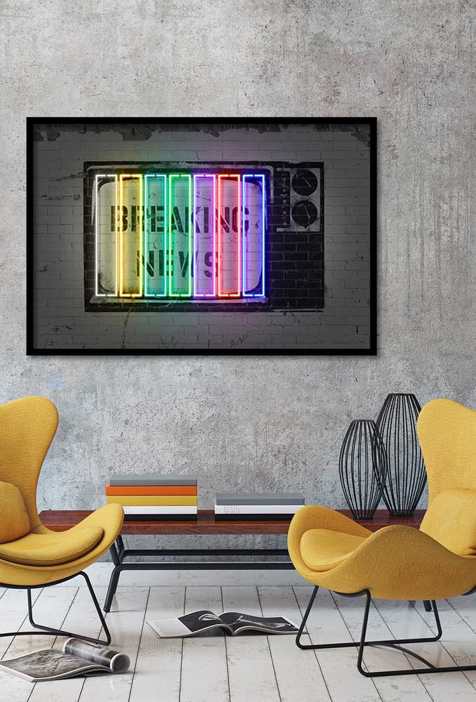 Escolha um quadro com luzes de neon para decorar a sua casa e deixar a parede mais chamativa.