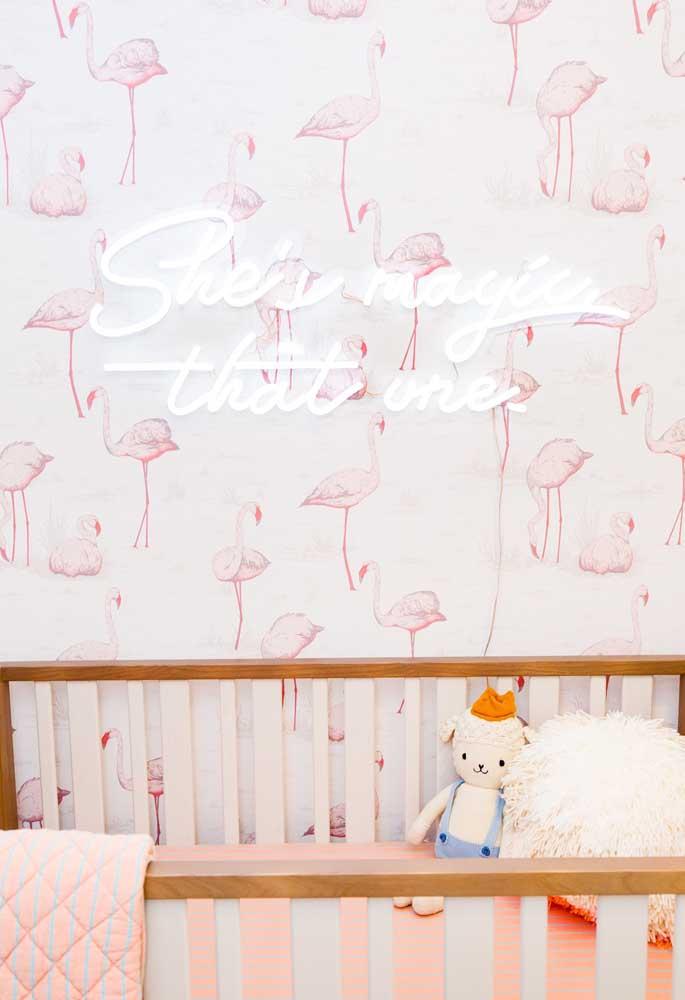 No quarto do bebê use um papel de parede temático e por cima coloque um letreiro que pode servir para iluminar o ambiente.