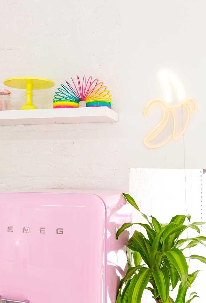 Destaque a parede da cozinha com um pequeno objeto feito de neon.