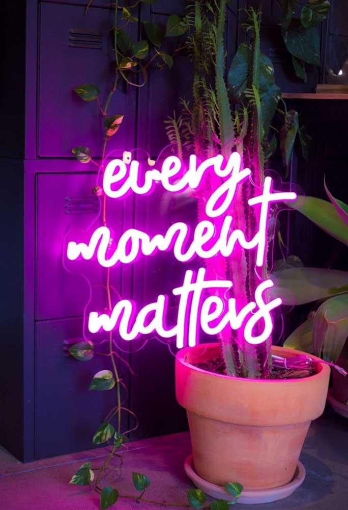 Mas se você deseja fazer uma decoração mais chamativa, que tal usar um letreiro com neon no vaso com planta?