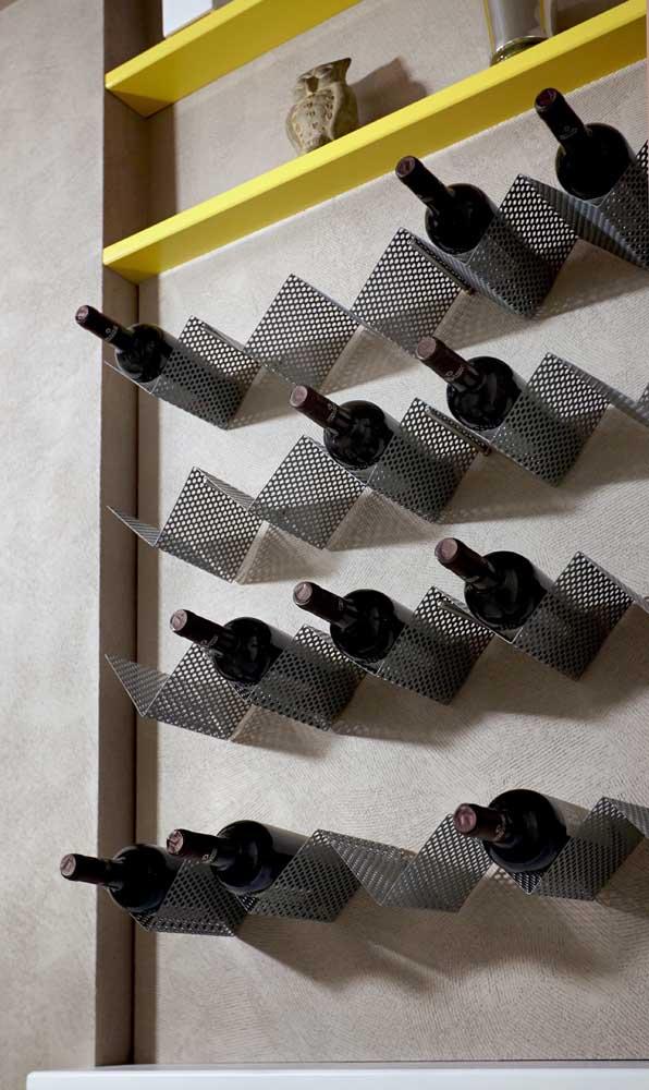 Adega de parede simples feita com estrutura metálica para as garrafas e prateleiras decorativas
