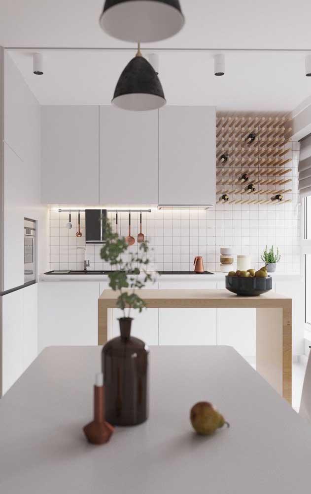 A cozinha clean e moderna trouxe uma adega de parede formada por pequenos toquinhos de madeira
