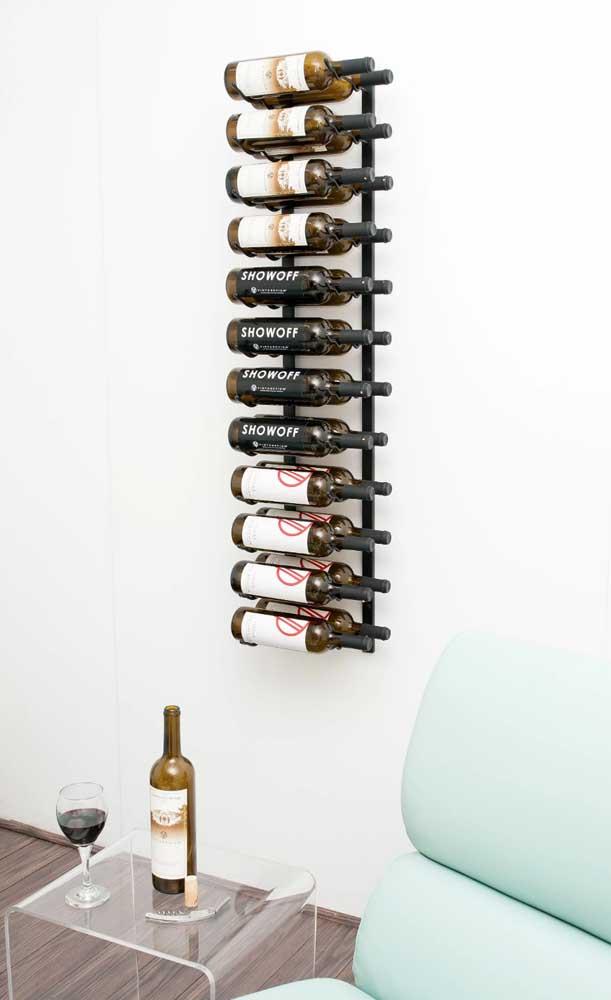 Adega de parede só para garrafas: repare que o modelo escolhido se encaixa perfeitamente com o estilo de decoração do ambiente