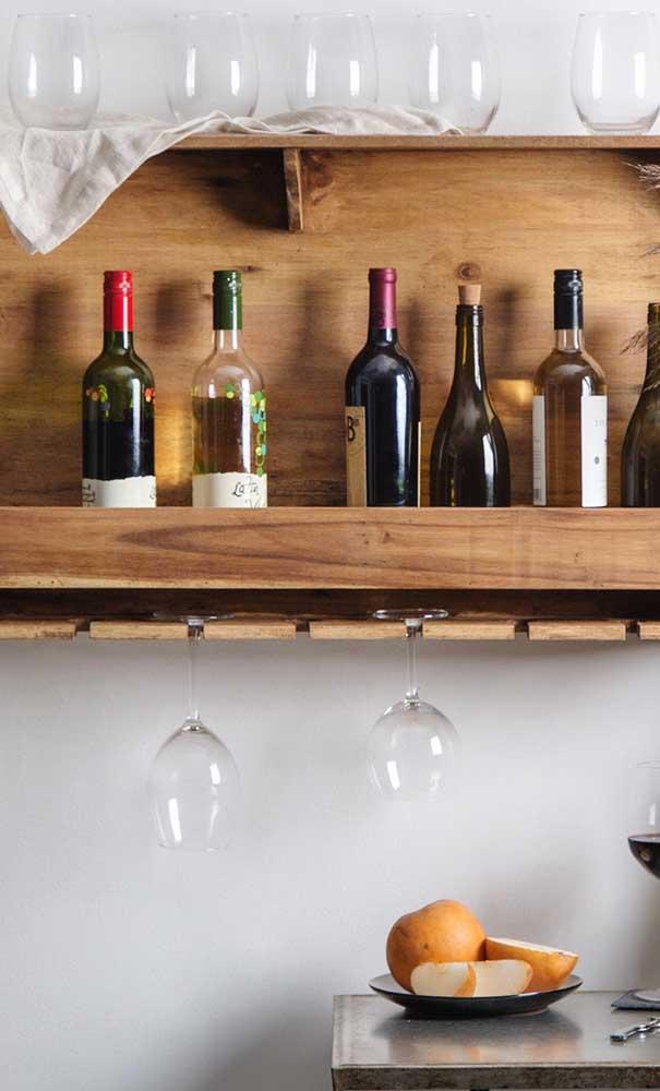 Adega de parede de madeira em tamanho pequeno, mas com espaço suficiente para organizar bebidas e taças