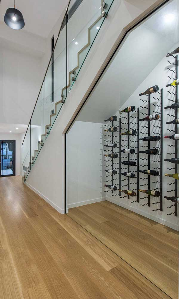 E que tal uma adega de parede embaixo da escada? Uma ótima maneira de aproveitar um espaço ocioso da casa