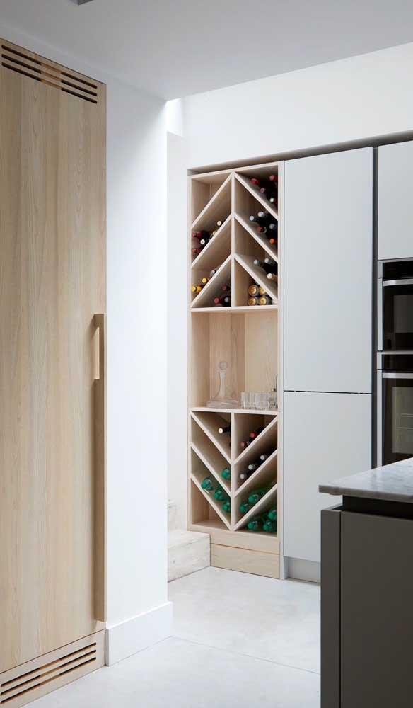 Nicho para bebidas no armário da cozinha; uma opção interessante para quem está pensando em fazer um móvel sob medida