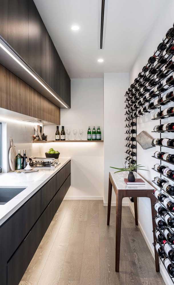Que tal forrar a parede da cozinha com garrafas de vinho expostas em uma adega simples de madeira?