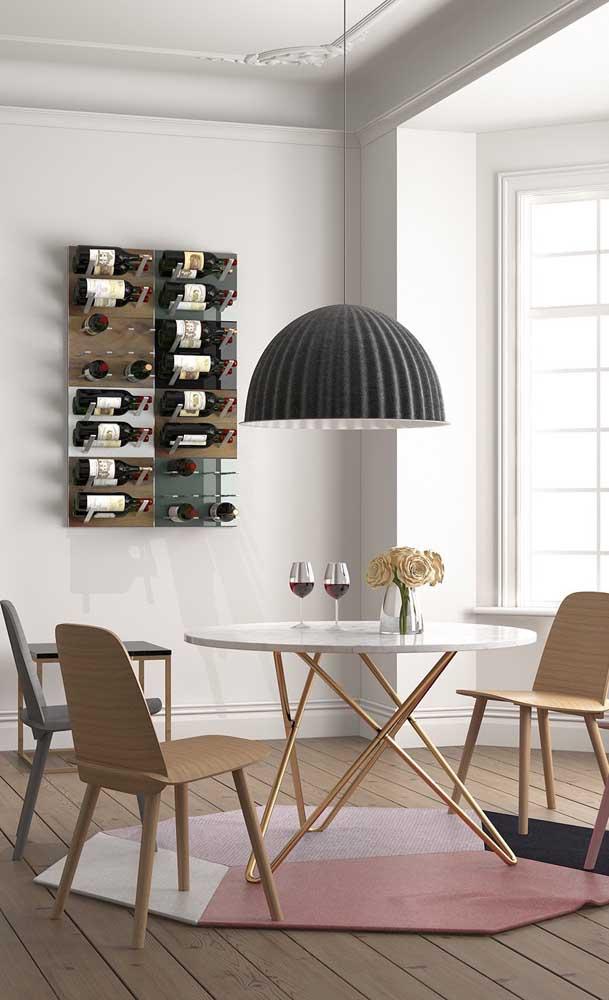 Adega de parede com vidro instalada na sala de jantar