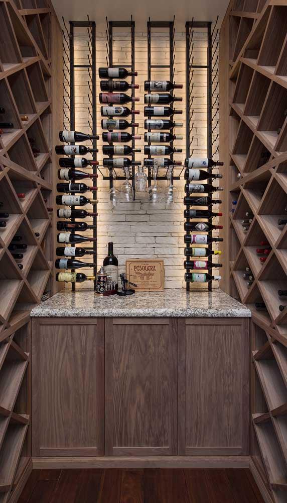 Um ambiente inteiro dedicado à adega e as garrafas de vinho