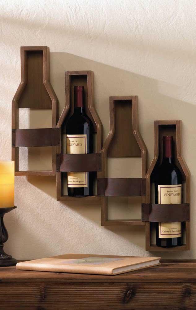Já aqui, os nichos da adega de parede imitam o formato de garrafas