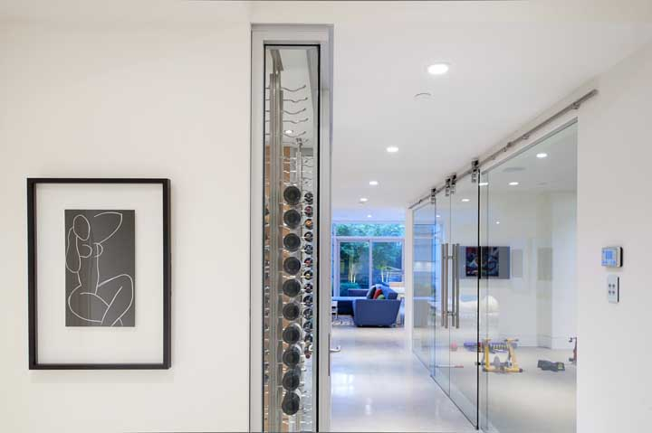 Modelo de adega climatizada instalada diretamente na parede