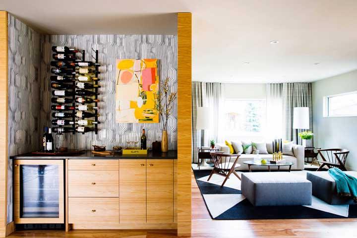 Adega de parede e bar: o pequeno espaço da casa acomodou perfeitamente esse projeto sob medida que conta ainda com uma adega climatizada