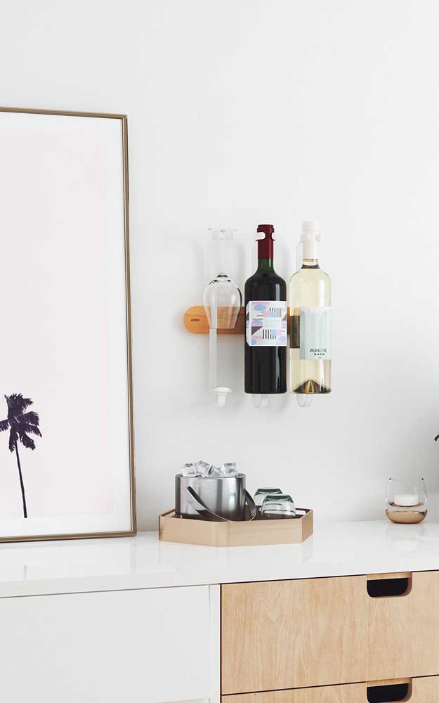 Adega pequena para duas garrafas; sem ocupar espaço, a peça foi perfeitamente colocada sobre o balcão da cozinha