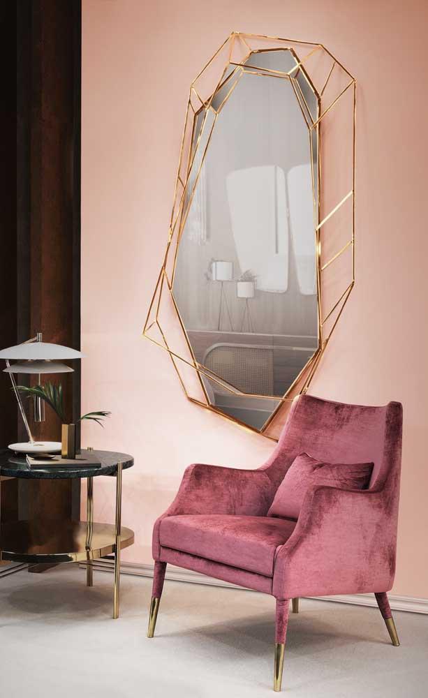 Um tipo de moldura para espelho de banheiro que funciona muito bem é essa em formato de nicho