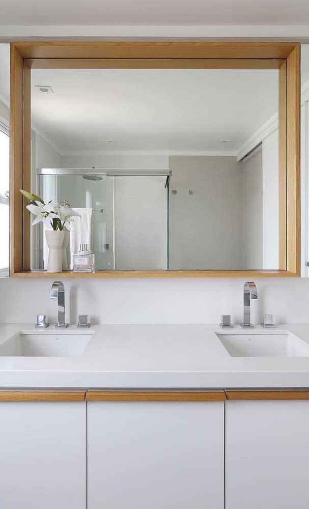 Um contraste marcante e cheio de personalidade entre os azulejos e a moldura do espelho