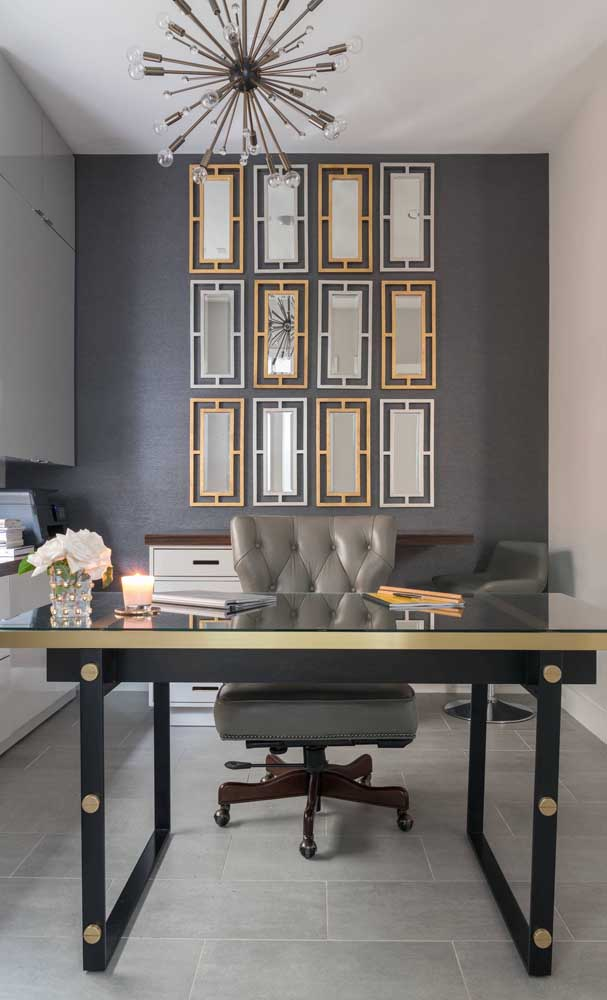 Composição harmônica e simétrica entre espelhos e molduras