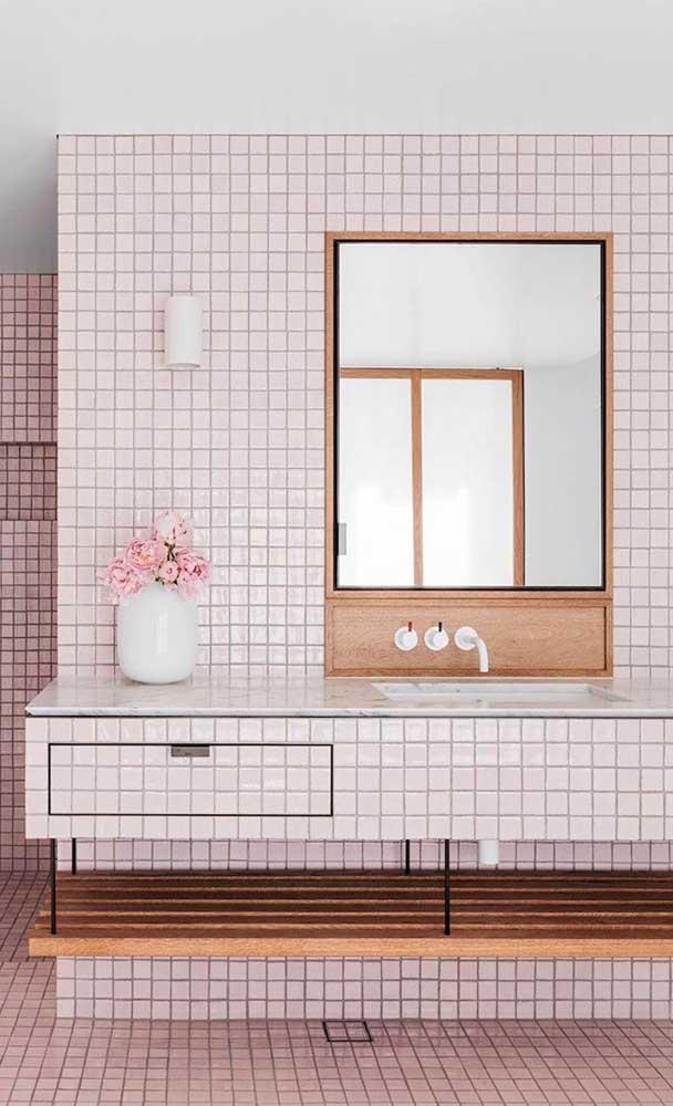 Moldura simples para espelho de banheiro com espaço para acoplar as torneiras