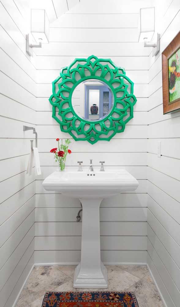 E todo o destaque desse lavabo vai para o pequeno espelho com moldura verd