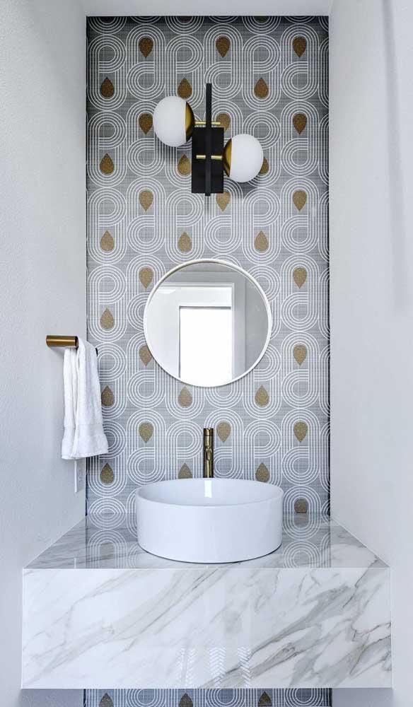 Uma moldura discreta para acompanhar o espelho redondo desse lavabo