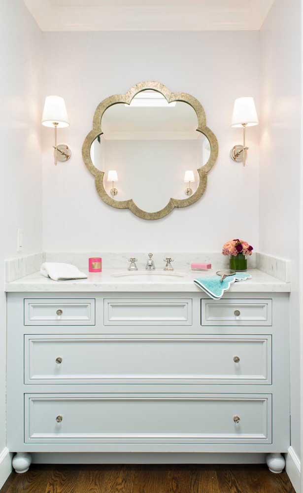 Uma nuvem dourada em torno do espelho do banheiro