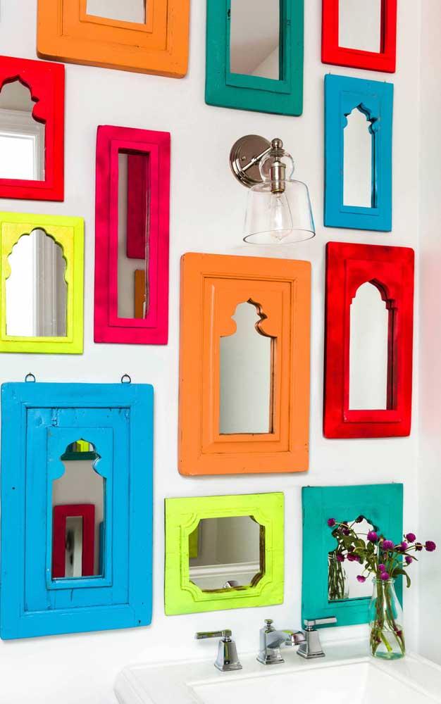 Que tal um lavabo com espelhos de molduras multicoloridas cobrindo toda a parede?