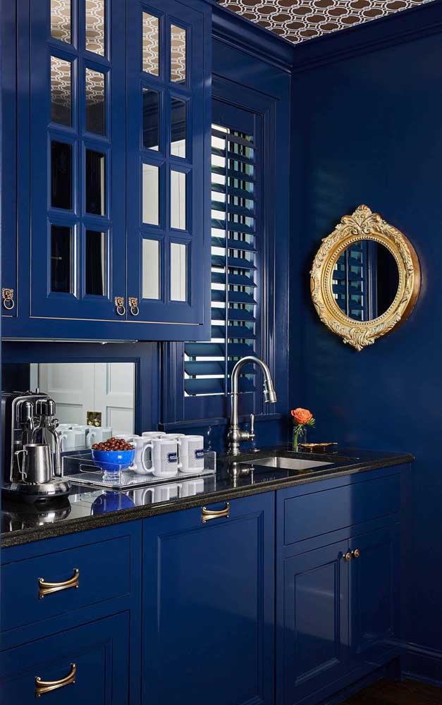 Uau! Como não se apaixonar por essa cozinha azul com espelho de moldura dourada?