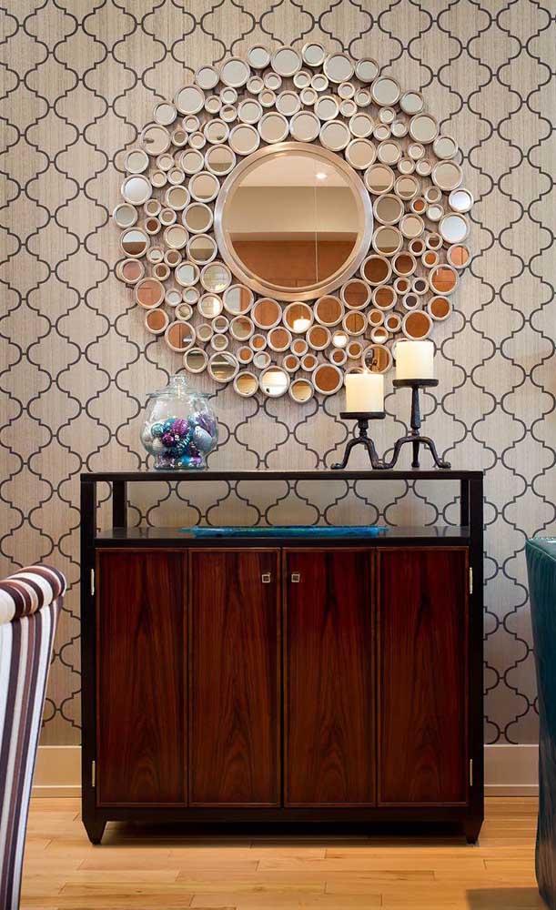 Essa ideia também vale a pena se inspirar: moldura feita com pequenos círculos de espelho
