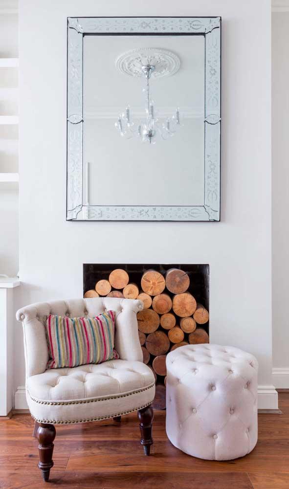 Sala de estar decorada com espelho de moldura bisotada