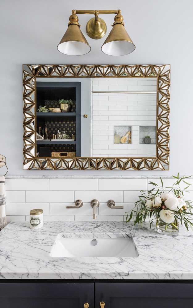 Esse espelho com moldura desenhada é o exemplo perfeito de como a peça pode fazer toda diferença nos ambientes
