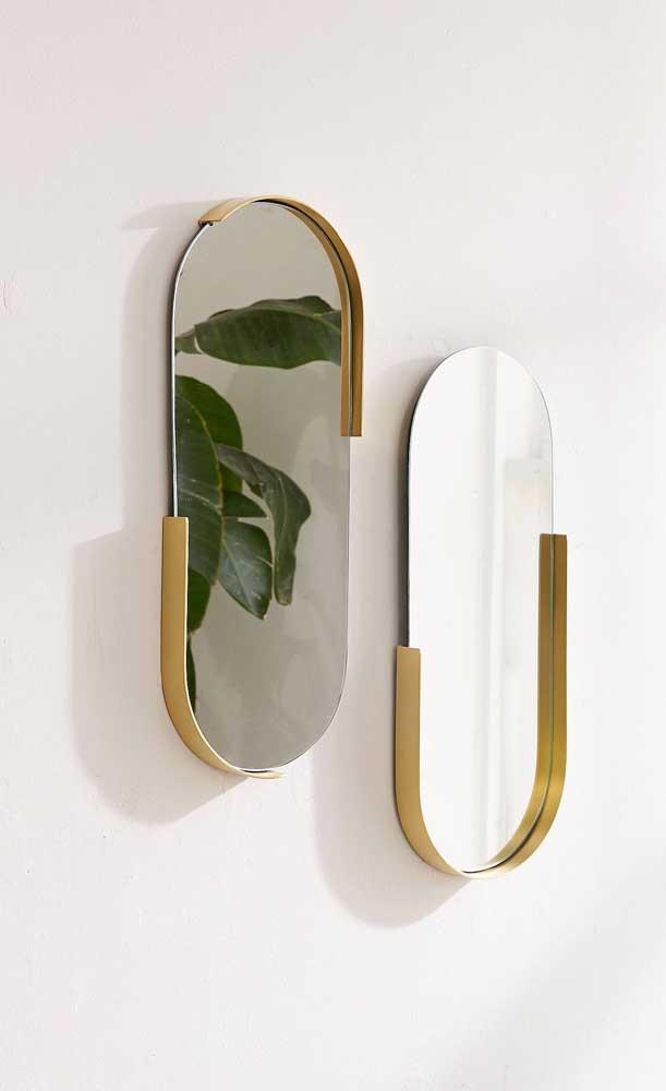 A pequena moldura dourada transforma os dois espelhos em objetos elegantes e sofisticados